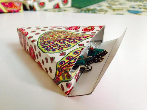 Peacock Plumes Triangle Gift Box