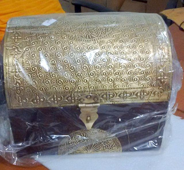 Purpledip Vintage Trunk shaped Wooden Jewelery Box With Brass Sheet Cover; Wedding Anniversary Gift (10760)