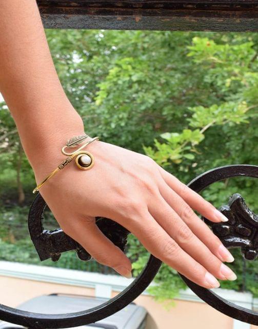 Brass Bangle with Stone&Leaf Pattern- White Stone