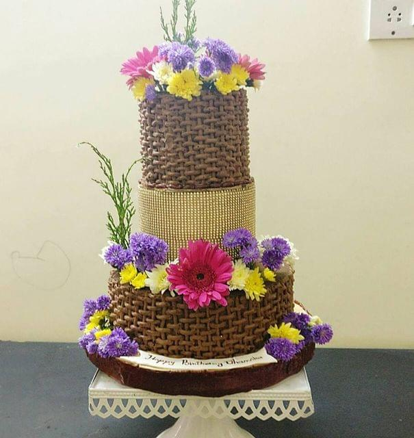 Dolce Olivia Basket Woven Pattern with Fresh Flowers Cake (3kgs)