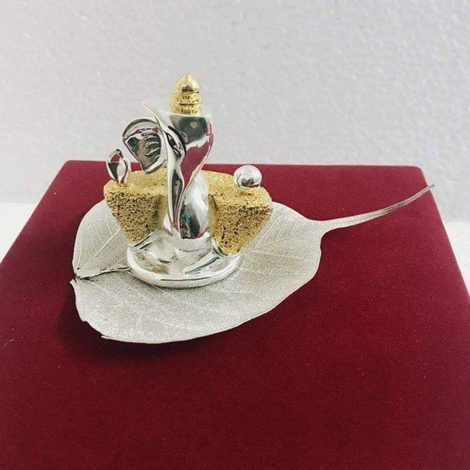 Smile Decors Silver & Gold Plated Antique Matt Finish Ganesha on Real Pipal Leaf