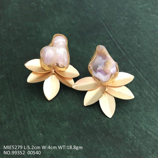 Beautiful Earring/jhumki/stud with an year warranty