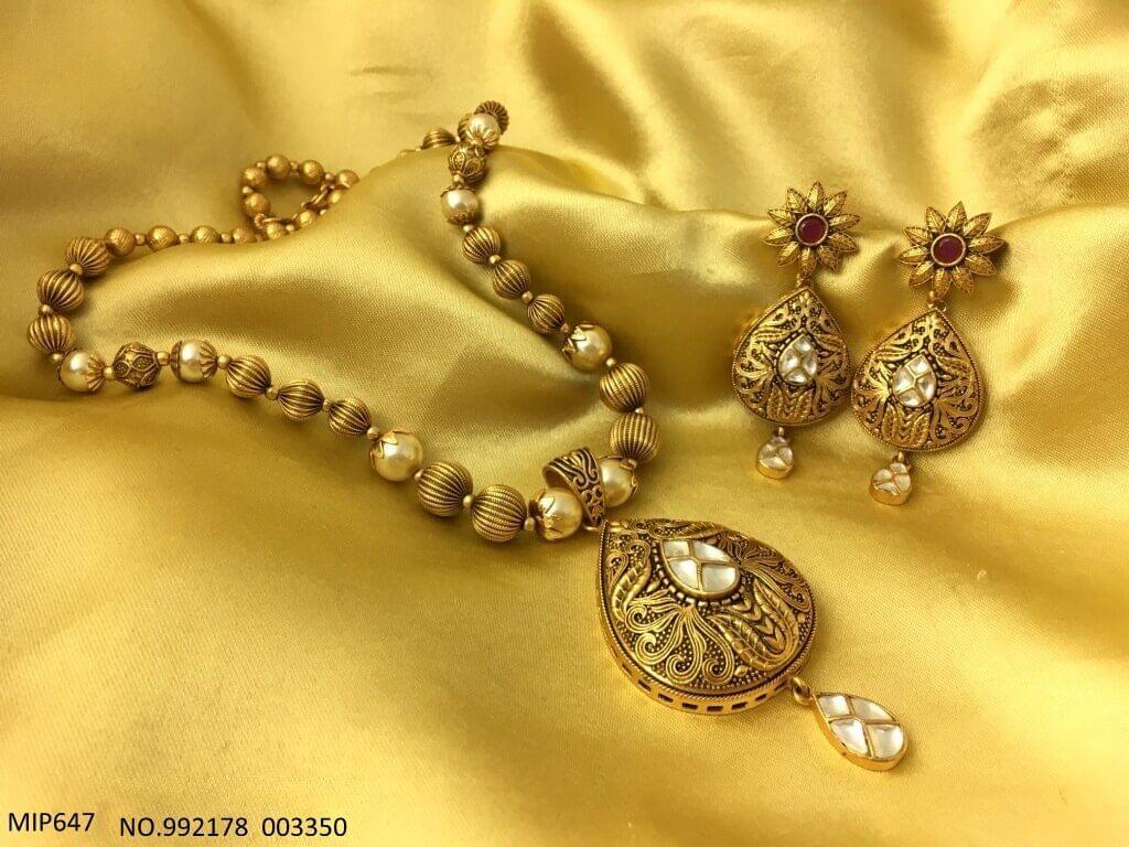 Gold plated pendant set with chain of semi precious beads and pearls