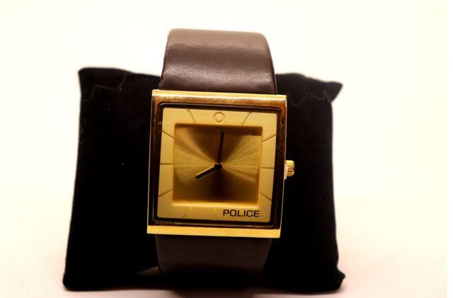 High class watch with an year warranty