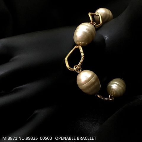 Awesome pearl bracelet with an year warranty
